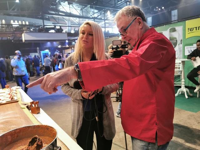 מראיינת מחדשות ערוץ i24 עם הבעלים של חברת The Nuts Chef