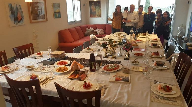 שולחן החג בביתם של יאיר גת ומשפחתו