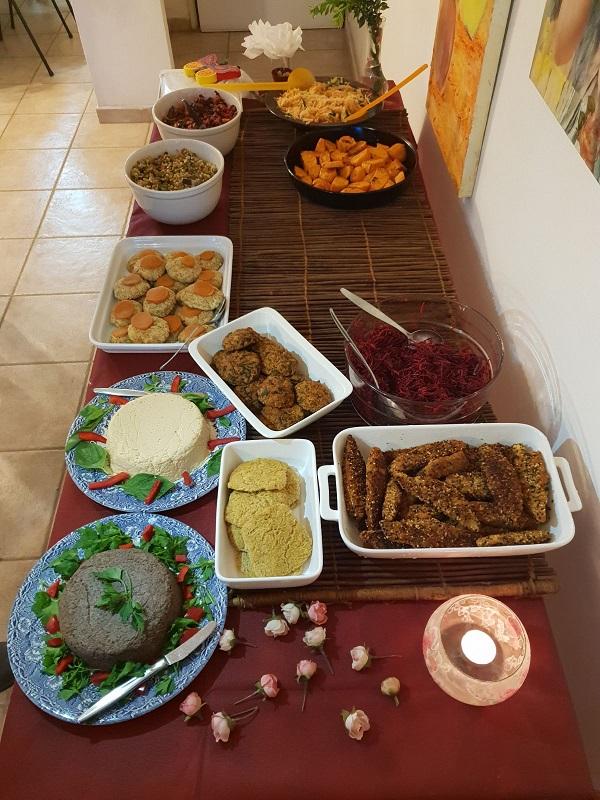 שולחן החג אצל משפחת מנדלבאום ואורחיה, כפר סבא