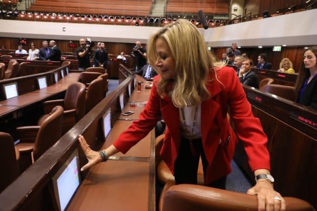 מיקי חיימוביץ מבקשת להחליף את ריפוד העור בכיסא שלה בכנסת
