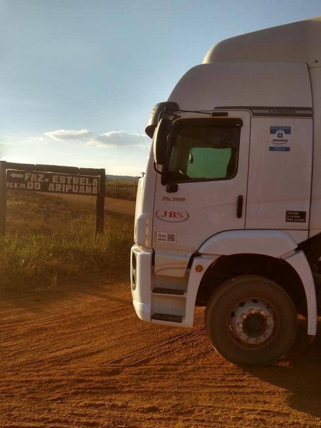 המשאית ליד השלט