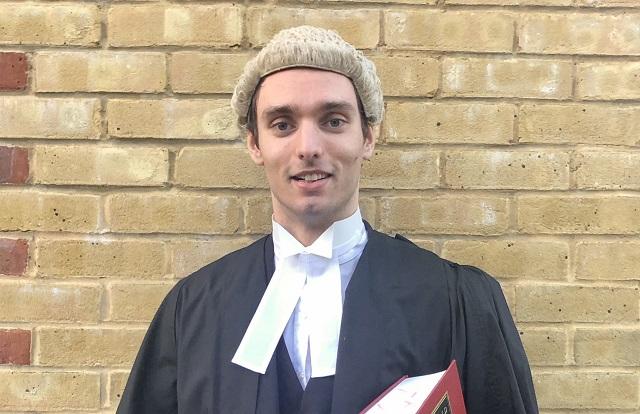 בריטניה: עורכי דין אינם נדרשים לחבוש פאה משיער סוסים