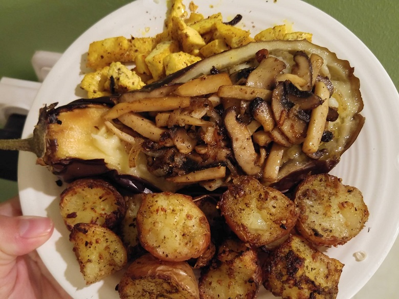 חציל שרוף ממולא בשווארמת פטריות עם טופו צרוב בצד ותפוחי אדמה קרועים