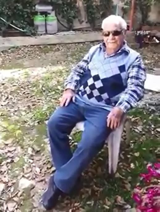 אדם מתגאה בלהרוג חתולים שעוברים אצלו בחצר